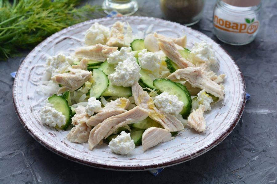 Выложите в салат куриное мясо и творог. Вкусный творог — залог успеха всего блюда. Идеально использовать домашний творог. Салат полейте оливковым маслом, посолите по вкусу. По желанию поперчите.