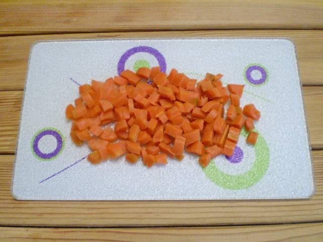 3. Морковь режем кубиками.