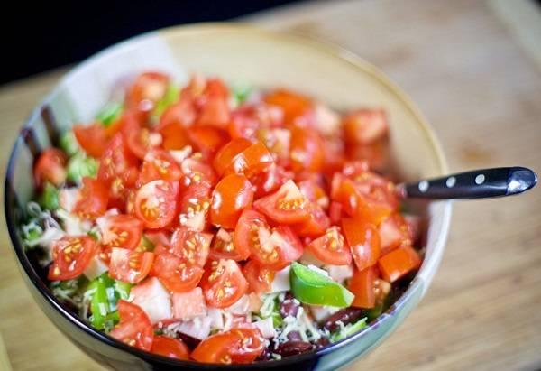 6. Последними в мисочку с салатом добавить измельченными кубиками помидоры. Лучше сделать это перед подачей, чтобы они не стекли.