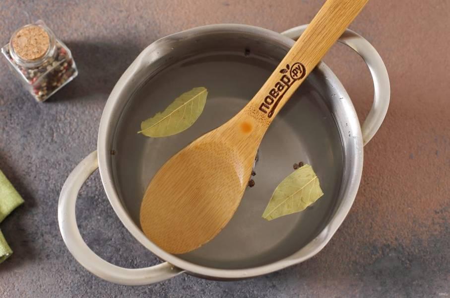 В кастрюле соедините воду, соль и сахар. Добавьте лавровый лист и перец горошком. Перемешайте, доведите до кипения и дайте остыть.