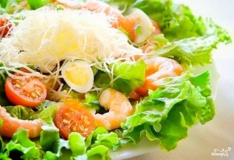 Аккуратно все перемешайте, добавьте тертый сыр сверху.  Салат с креветками и яйцом готов. Приятного аппетита!