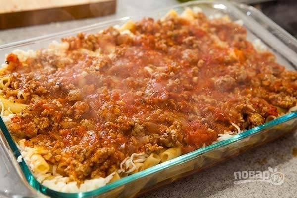 6.Полейте макароны оставшимся соусом, распределите его равномерно по всей поверхности.