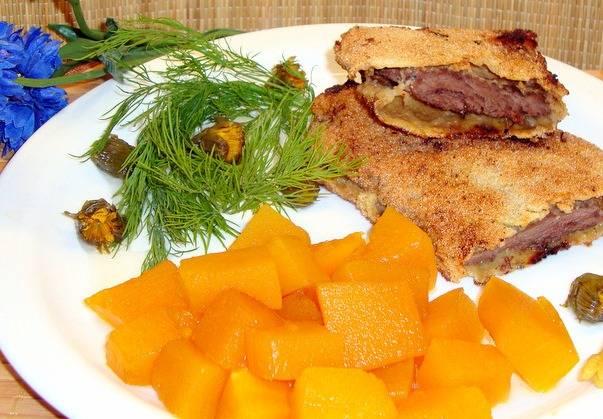 Обжариваем говядину с двух сторон на среднем огне до появления румяности и подаем к столу с гарниром. Приятного аппетита!