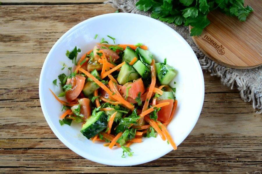 Заправьте салат подготовленным соусом. Его не жалейте, ведь он такой вкусный!