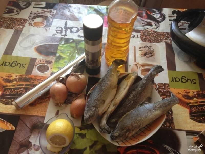 Подготовим все необходимые ингредиенты. Рыбку размораживаем около 30 минут, чтоб можно было ее фаршировать.