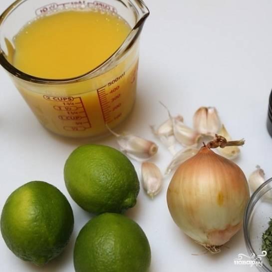 1. Приготовьте все продукты для маринада - апельсиновый сок, лаймы, 6 зубчиков чеснока, одну луковицу, соль, перец, петрушку.
