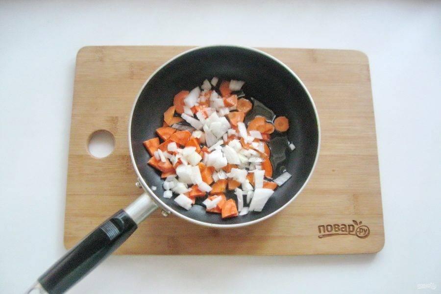 Лук и морковь очистите, помойте и нарежьте. Выложите в сковороду.