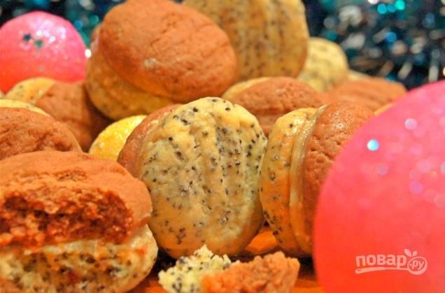 Готовое печенье достаньте из духовки и остудите его. Каждый кусочек печенья с какао с одной стороны намажьте кремом и соедините его с кусочком печенья с добавлением мака. Храните печенье в холодильнике.