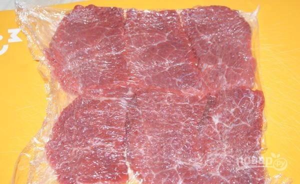Мясо промойте и хорошо отбейте.