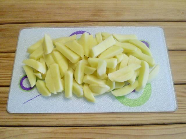 2. Картофель нарежьте соломкой, как для фри.