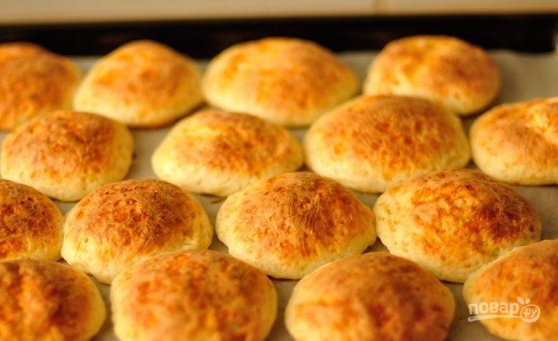 В духовку поставьте противень с сырниками. Запекайте блюдо двадцать минут, пока не появится коричневая корочка.