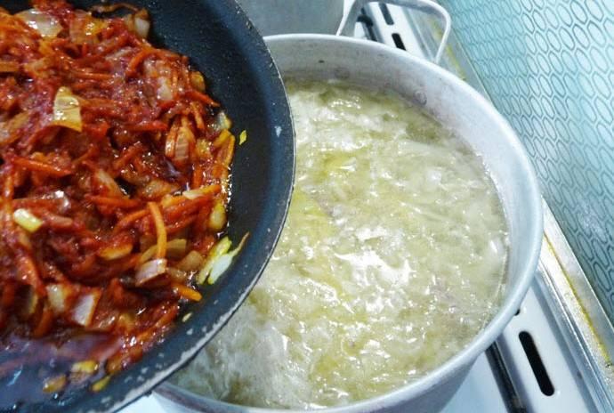 Теперь добавляем в суп приготовленную зажарку из морковь, лука и томатной пасты, перемешиваем все.