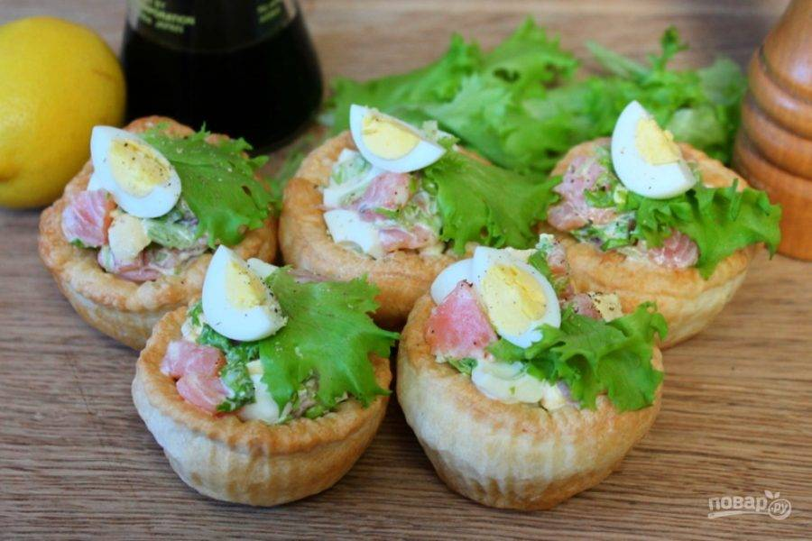 Дополним корзиночки листочками салата и четвертинкой перепелиных яиц. Посыпаем черным перцем и можем подавать к столу. Приятного аппетита.