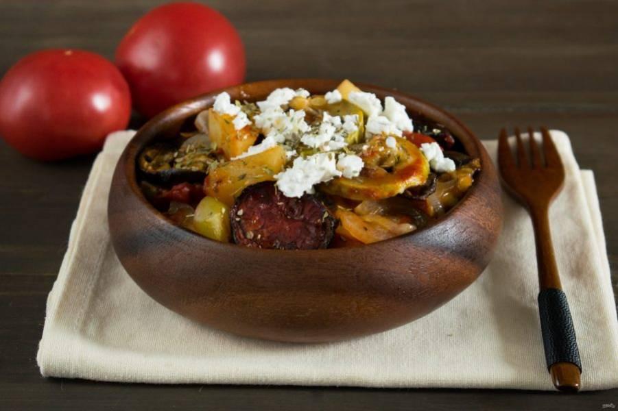 При подаче раскрошите на овощи сверху фету и посыпьте щепоткой орегано. Приятного аппетита!