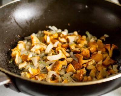 Подогрейте на сковороде растительное масло. Сперва обжарьте мелко порезанный лук до золотистого цвета. Затем добавьте лисички, жарьте 5 минут. Соль и перец по вкусу.
