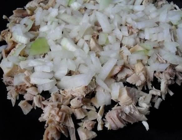 3. В середине жарки добавляем мелко нарезанный лук и жарим до готовности. Солим по вкусу.