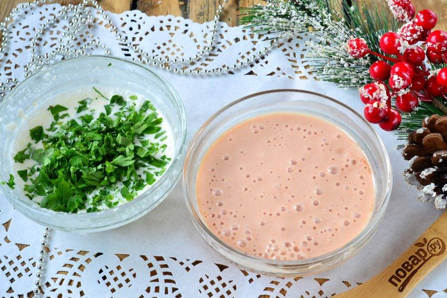 К желатину добавьте майонез, хорошенько перемешайте. Затем разделите желатиновую массу на 2 равные части. К одной части добавьте мелко порубленную петрушку, а к другой — кетчуп.