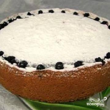 4.В чернику добавить одну столовую ложку сахара и взбить в блендере. Несколько ягод оставить для украшения. В форму с творожной начинкой сверху положить чернику. Духовку разогреть до 180 градусов. Пирог печется около часа. Когда пирог испечется, можно посыпать его сахарной пудрой и украсить ягодами.