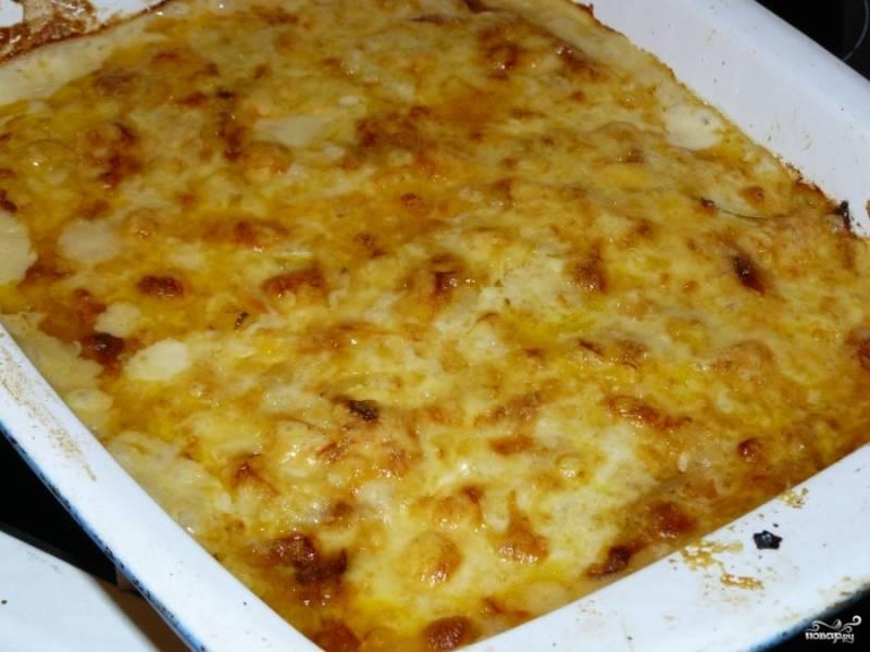 Отправьте в разогретую до 200 градусов духовку на 30 минут. Потом (по желанию) можете достать рыбку и посыпать её сверху тертым сыром. Верните еще на 10 минут в духовку, чтобы сыр расплавился и образовалась румяная корочка.
