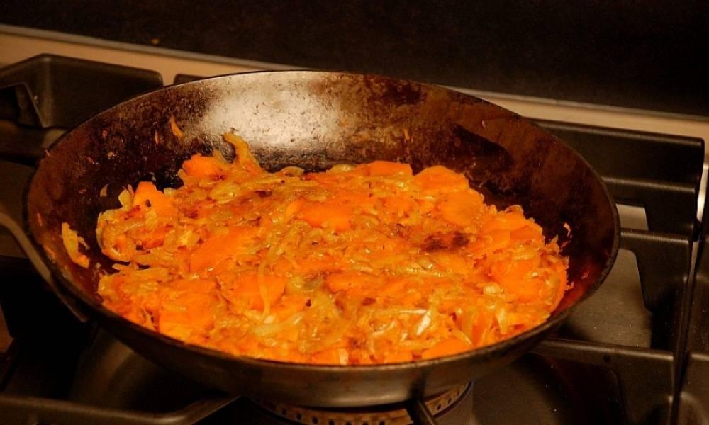 6. На среднем огне, периодически помешивая, жарьте овощи около 20 минут.