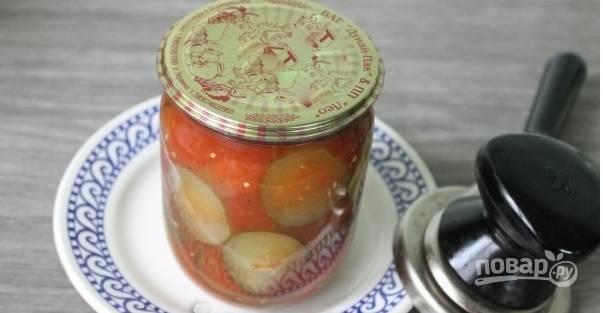 Закатываем банки и даем остыть при комнатной температуре. Огурцы в  томатной заливке на зиму готовы, приятного аппетита!