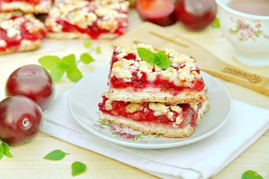 Тертый пирог со сливой готов. Дайте ему немного остыть, затем нарежьте и подавайте к столу. Приятного аппетита!