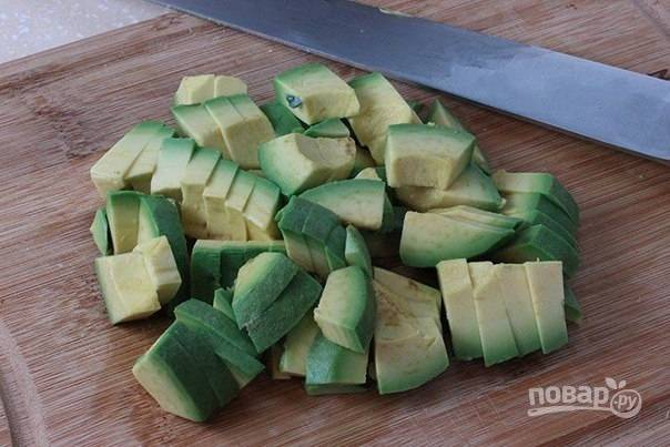 5. Авокадо важно выбирать спелый, иначе почувствуете тяжесть и даже можно отравиться. Мою его и срезаю кожуру, разрезаю на 2 части и удаляю косточку, затем нарезаю кусочками.