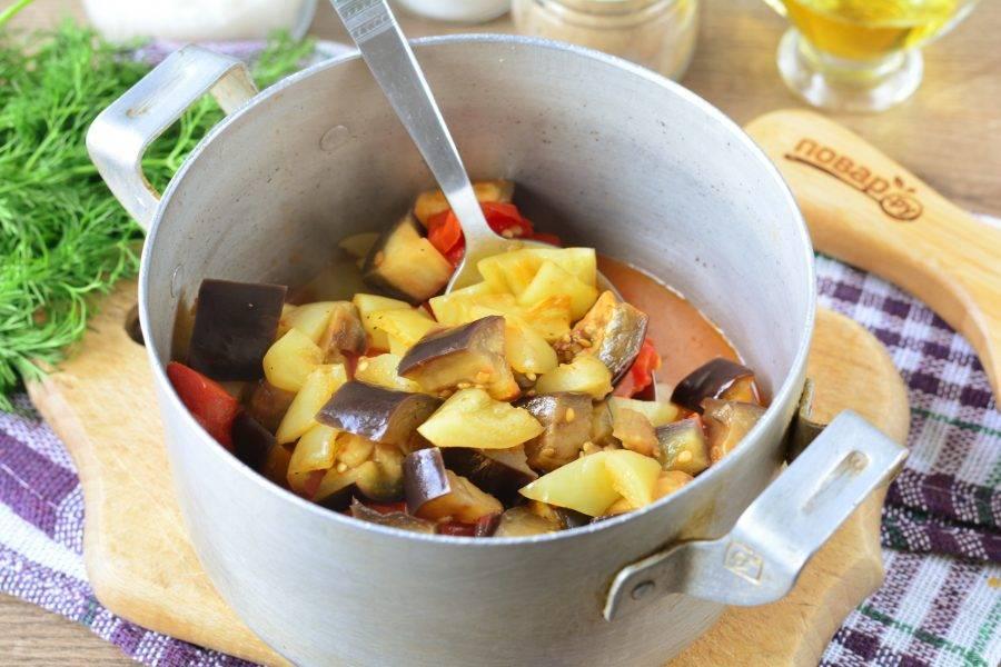 Выложите все овощи в кастрюлю и влейте туда же выделившийся овощной сок. Влейте уксус и тушите 2-3 минуты.