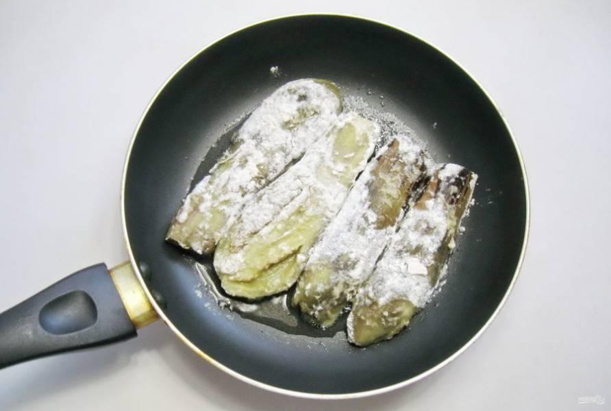 Выложите баклажаны на горячую сковороду с подсолнечным маслом.