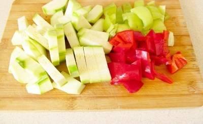 Кабачки и болгарский перец режем кубиками.