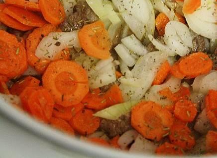 Добавьте лук, чеснок, морковь.