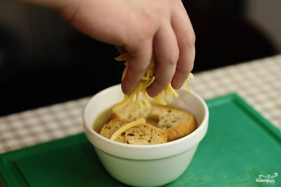Посыпаем обильным слоем сыра.