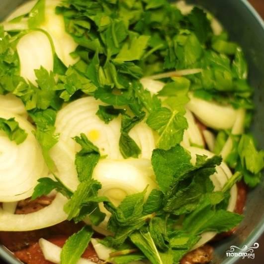 Туда же добавьте кольцами нарезанный лук и крупно порванную зелень. Тщательно перемешайте все руками. Не жалейте силы: нужно перемешивать, будто вы месите тесто. Оставьте мясо мариноваться в холодильник на ночь.
