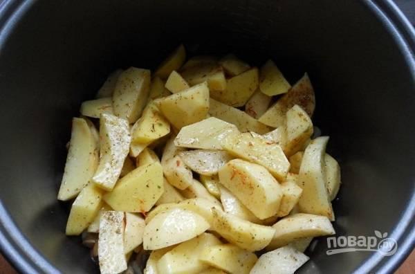 4. К обжаренным грибочкам выложите картофель. Аккуратно перемешайте.