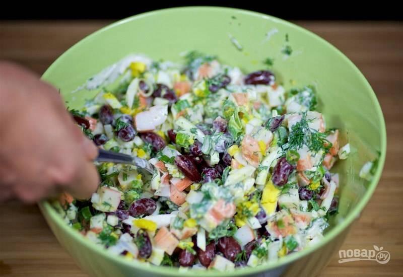 6. Приправьте салат майонезом, солью и перцем по вкусу.