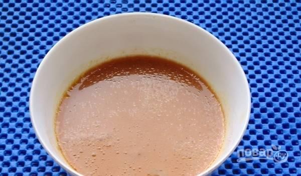 В пиалку выложите несколько ложек мисо пасты, добавьте соевый и рыбный соус. Зачерпните немного жидкости из супа и разбавте ею ингредиенты в пиалке. Вылейте ее содержимое в суп.