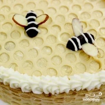 17. Посадите на тортик пчелок. Можно сделать края из масла  (необязательно).
