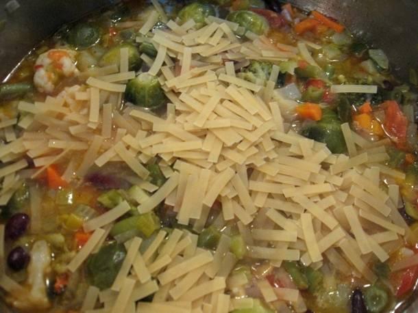 Когда овощи покипят так минут 10-15, можно добавить в кастрюлю макароны и продолжать варить суп почти до полной готовности макарон (они должны быть с зубком).
