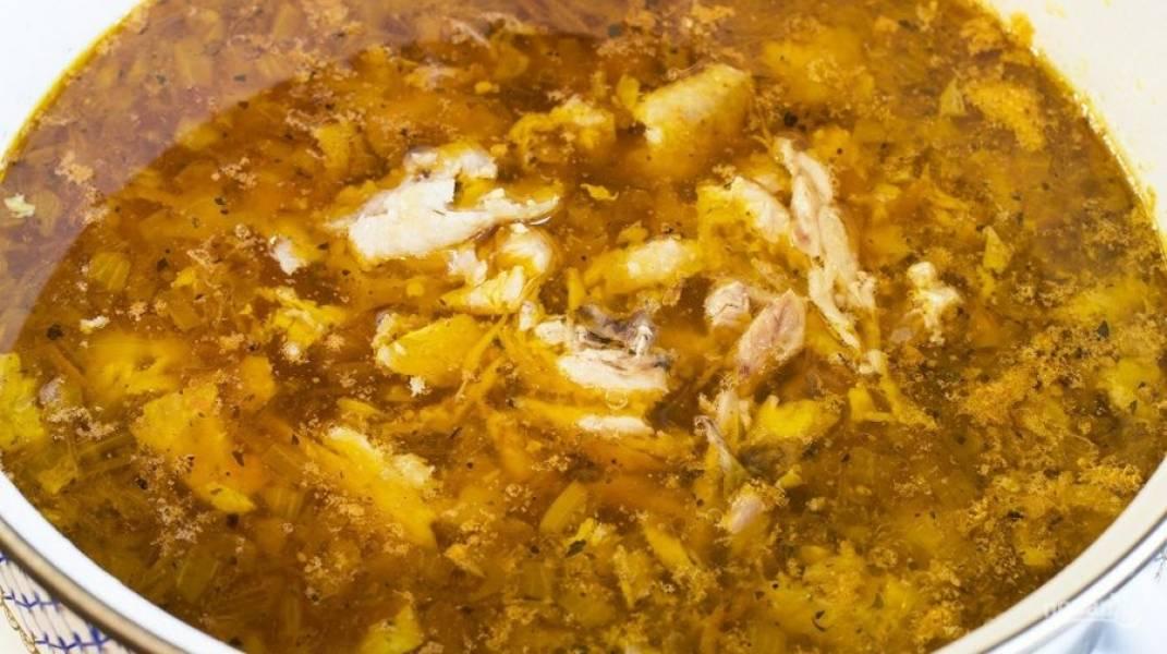 Достаньте из бульона крылышки, отправьте туда вариться нарезанный картофель. Бульон посолите и поперчите по вкусу. Следом за картофелем киньте в бульон морковь с луком. Добавьте томатный соус, разобранное мясо с крылышек. Перемешайте, проварите суп еще 2-5 минут — и готово.