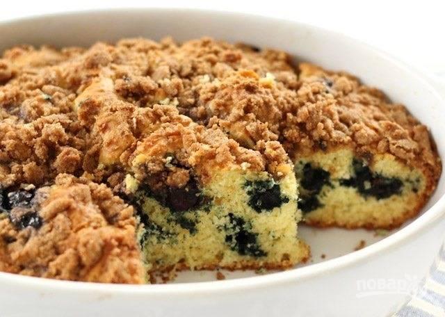 10.Готовый пирог остудите немного, потом нарежьте кусочками и подавайте к столу.