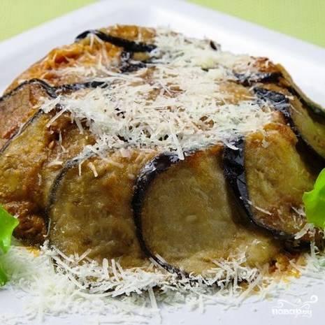 Готовую запеканку переворачиваем на тарелку, посыпаем тертым сыром, украшаем свежей зеленью. Можно приступать к дегустации. Приятного аппетита!
