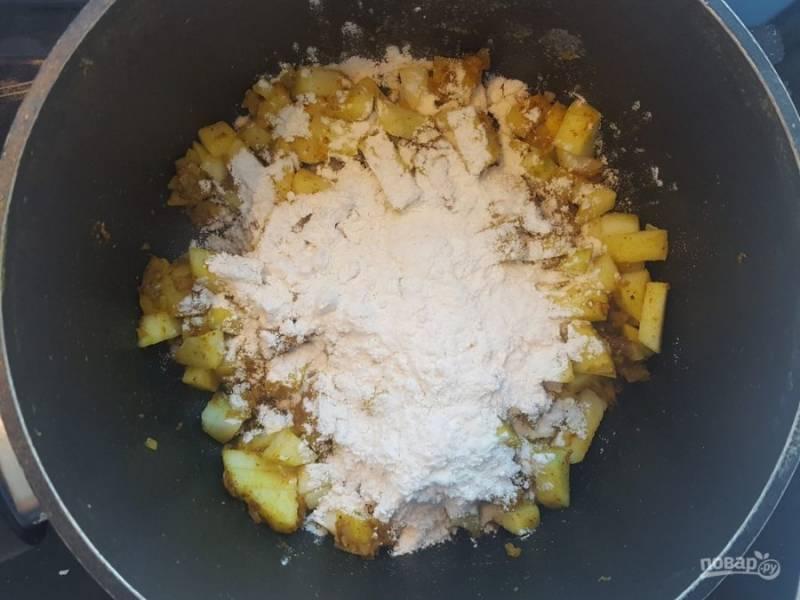 5. Далее добавьте мелко нарезанное яблоко без кожуры и муку. Перемешайте. Готовьте ещё пару минут, пока яблоки не дадут сок.