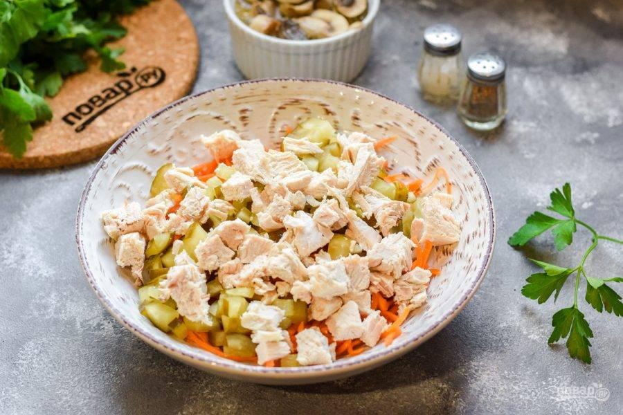 Куриное филе нарежьте небольшими кубиками и добавьте в салат.