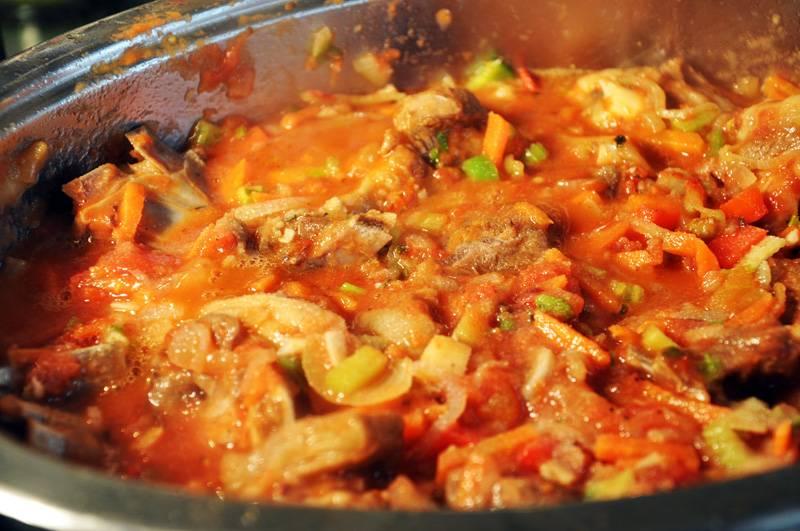 12. Через 10-15 минут можно добавить в сотейник чесночно-помидорную смесь и продолжать тушить.