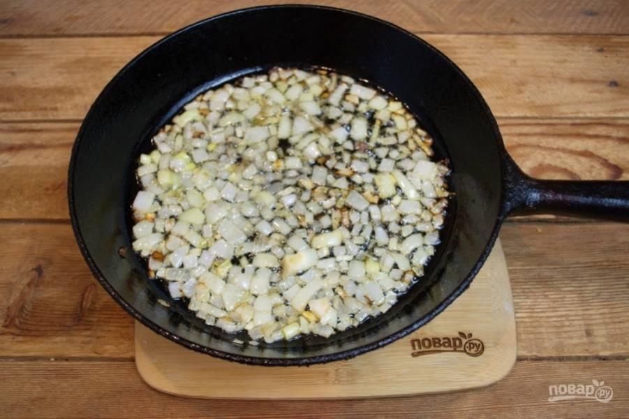 Для приготовления очистите и нарежьте кубиком репчатый лук. Обжарьте лук на растительном масле до едва заметного румянца. Вскипятите воду в кастрюле, где будем варить макароны.