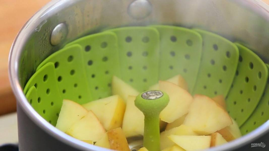 2. Затем поставьте фрукты на пар на 10 минут.