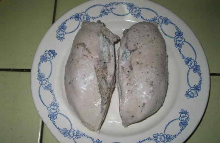 Достаем куриные грудки из кастрюлю и охлаждаем.