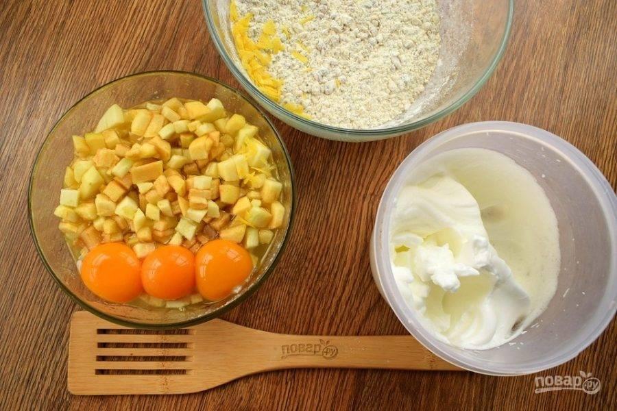 Яйца разделите на желтки и белки. Белки взбейте со щепоткой соли до крепких пиков. Желтки добавьте к яблокам и сиропу, перемешайте до однородности.