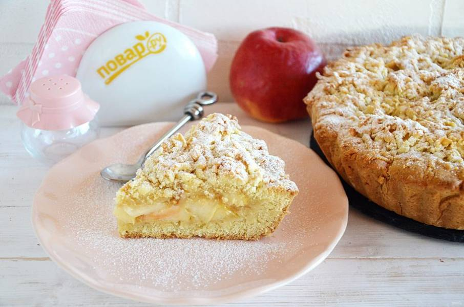 10. Выпекайте пирог в разогретой до 180 градусов духовке около 30 минут. При подаче посыпьте сахарной пудрой. Приятного аппетита!