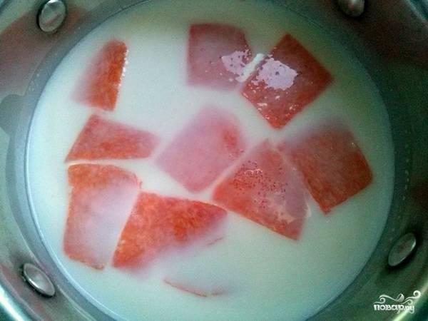 Доведите  молоко до кипения, посолите по вкусу (например — щепоточку). Очищенную тыкву нарежьте небольшими кубиками и добавьте в кипящее молоко.